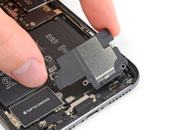 Чистка нижнего динамика iPhone XS