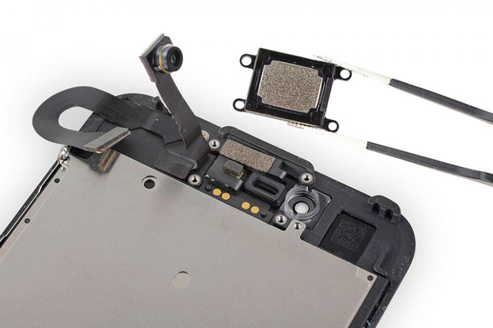 Чистка сетки верхнего динамика iPhone 8 Plus