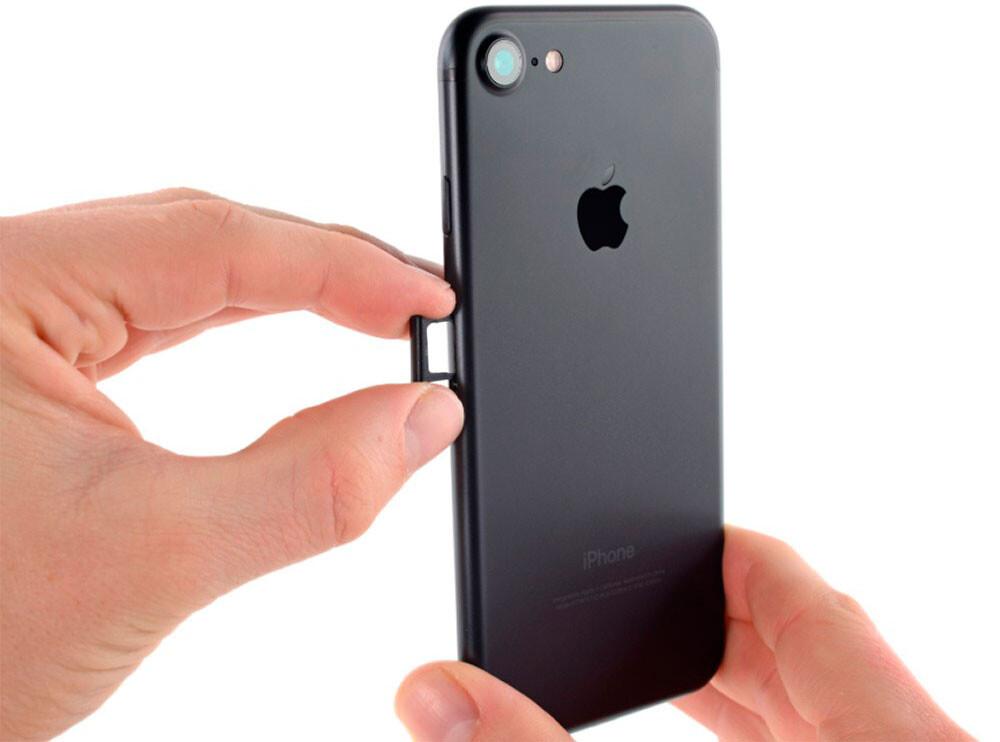 Замена лотка SIM-карты iPhone 7